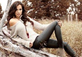Обои модель, девушка, красивая, макияж, взгляд, лежит, кофта, каблуки, серьги