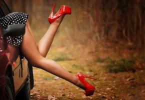 Обои автомобиль, девушка, ноги, туфли, забывчивость
