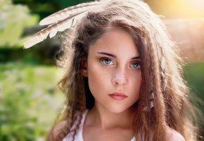Обои девочка, портрет, взгляд, веснушки, волосы, перья