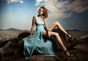 Обои девушкв, платье, камни, море, ножки, туфли