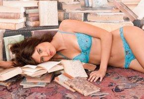 Обои ковёр, девушка, bianca balti, бельё, шатенка, взгляд, модель, книги