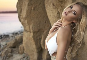 Обои блондинка, красивая, пляж, взгляд, вечер, закат