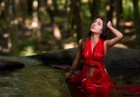 Обои девушка, красное платье, вода, взгляд, красавица
